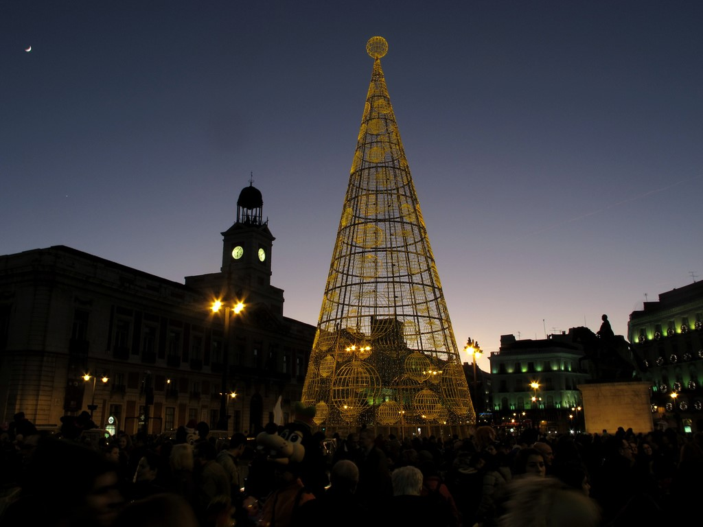 Image of a Spanish Christmas tree structure, covered in lights.