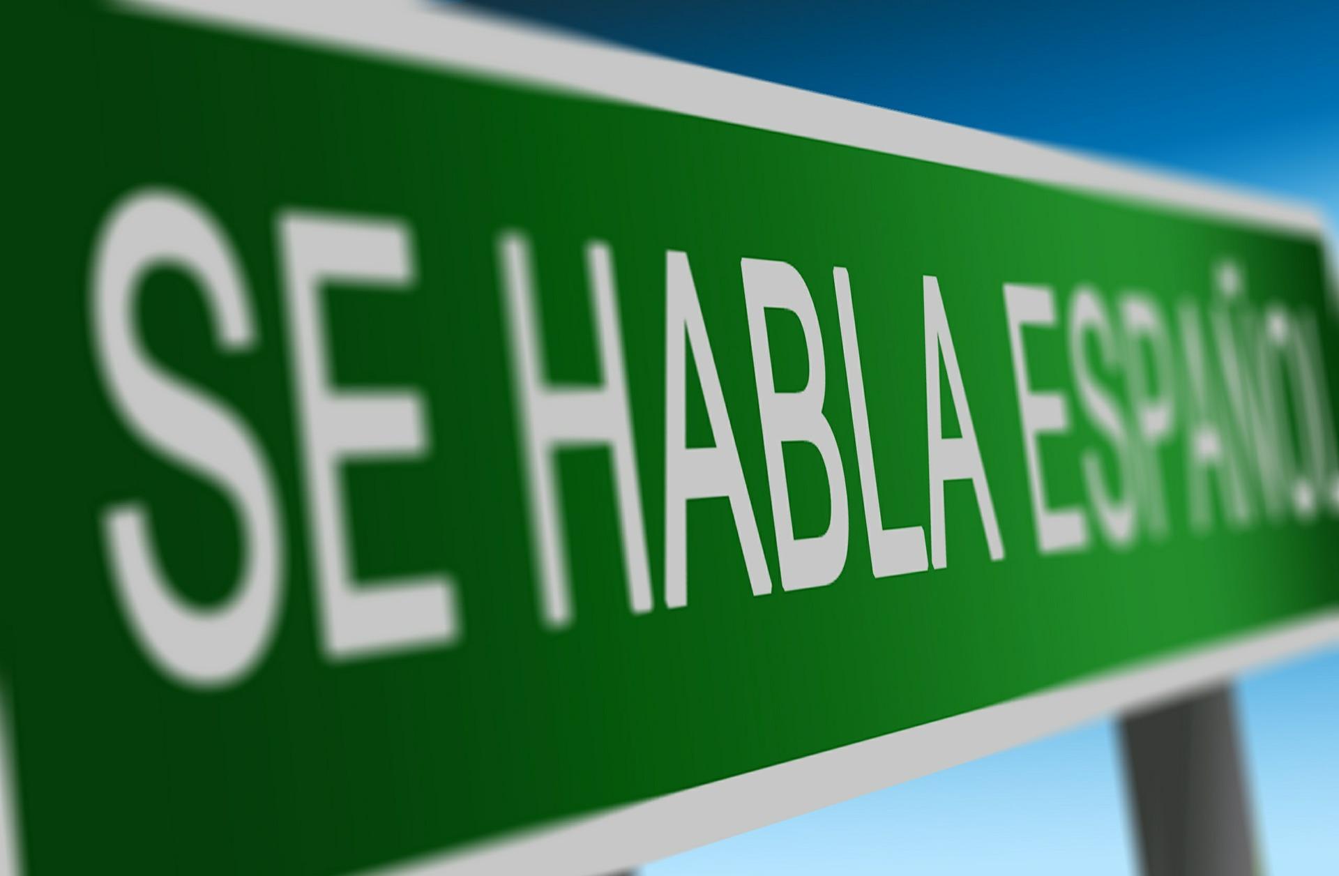 A Spanish language sign saying 'Se habla Espanol' (English translation: 'Spanish speaking').